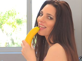 Mindi stuffs her mature MILF pussy and reaches orgasm with a banana