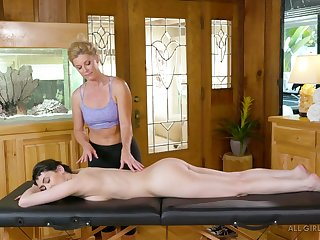 Experienced masseuse India Summer licks pussy of sexy client Audrey Noir